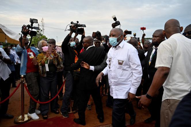 L'ancien président Laurent Gbagbo (en chemise blanche) arrive dans son village natal de Mama, dans le centre-ouest de la Côte d'Ivoire, le 27 juin 2021.