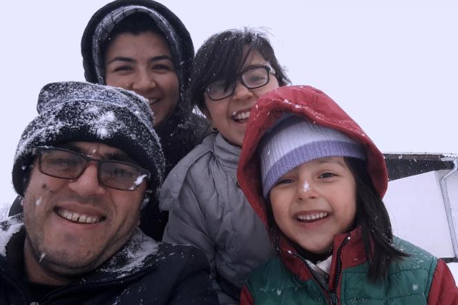 De gauche à droite : le réalisateur afghanHassan Fazili, son épouseFatima Hussaini, elle aussi réalisatrice, et leurs deux filles,Nargis (11ans) et Zahra (6ans).