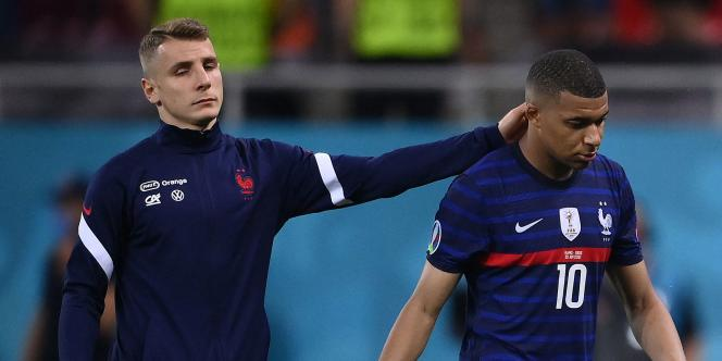 Kylian Mbappé consolé par Lucas Digne après son tir au but raté contre la Suisse, le 28juin à Bucarest.
