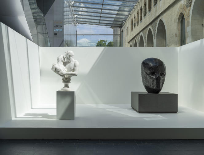 Vue de l'exposition : salle « Le sentiment des couleurs » -de gauche à droite : Jeff Koons, «Bourgeois Bust-Jeff and Ilona», 1991 ; Damien Hirst, «Death's Head», 2011.
