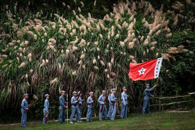 Des touristes participent à une reconstitution dans un parc d'attractions consacré à l'histoire du Parti communiste, à Huanggang, dans le Hubei, le 26 juin 2021.