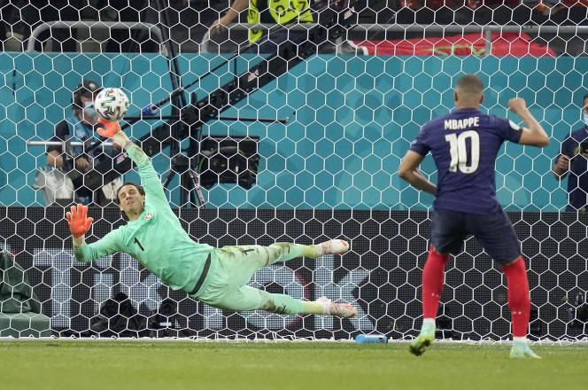 Le gardien suisse, Yann Sommer, arrête le penalty de Kylian Mbappé, mardi 29 juin à Bucarest, et envoie la Suisse en quart de finale de l'Euro 2021.