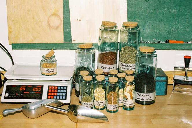 Les épices et plantes aromatiques utilisées par Umàdans son atelier de Pantin.