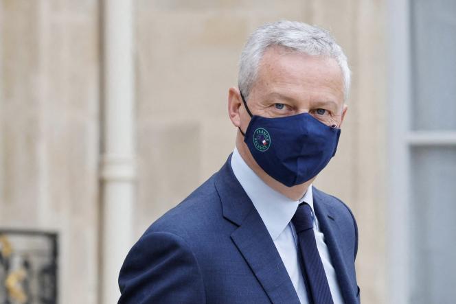 Leministre des finances Bruno Le Maire portant un masque marqué du logo« France relance», à l'Elysée, le 23 juin 2021.