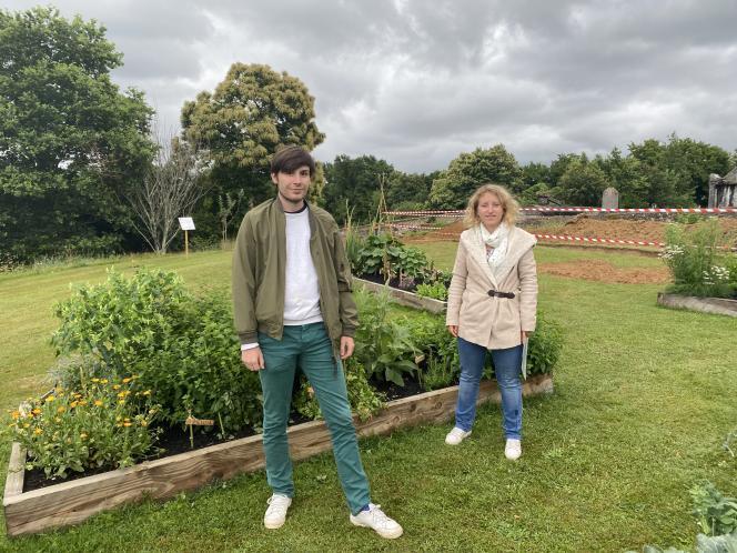 Corentin Grimault et Justine Brisse, les deux volontaires de Sainte-Christie-d'Armagnac, au milieu du jardin médiéval.