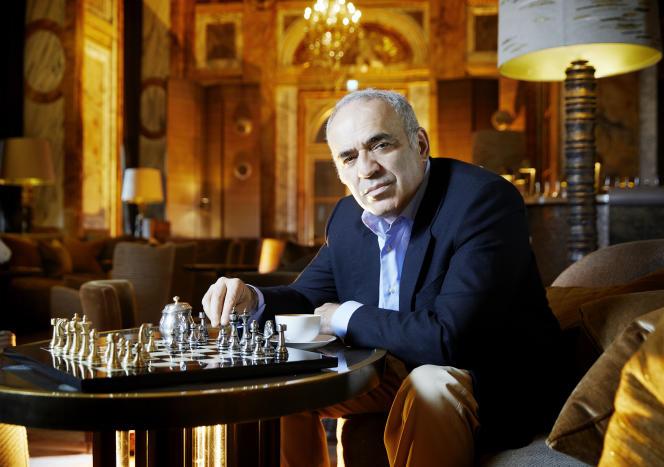 Garry Kasparov, au bar Les Ambassadeurs de l'Hôtel de Crillon, à Paris, le 23 juin 2021.