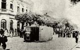 Domínio público File:Bonde virado (Revolta da Vacina).jpg Criação: 31 de outubro de 1904