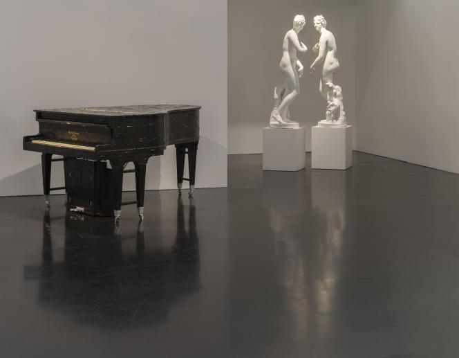 Vue de l'exposition : salle « Plus vrai que vrai » - de gauche à droite : Bertrand Lavier, «Gabriel Gaveau», 1981 - Giulio Paolini, «Mimesi», 1975-1976.