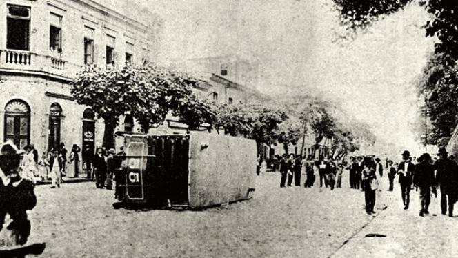 Un tramway renversé à Rio de Janeiro, le 31 octobre 1904, jour où la vaccination contre la variole a été rendue obligatoire par le gouvernement.