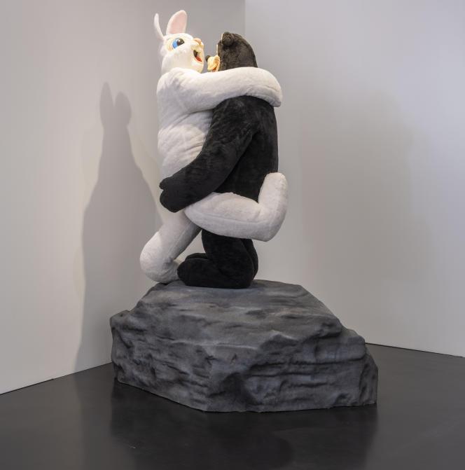 Vue de l'exposition, salle « Au-delà du noir et du blanc » -Paul McCarthy, Bear and Rabbit on a Rock, 1992.