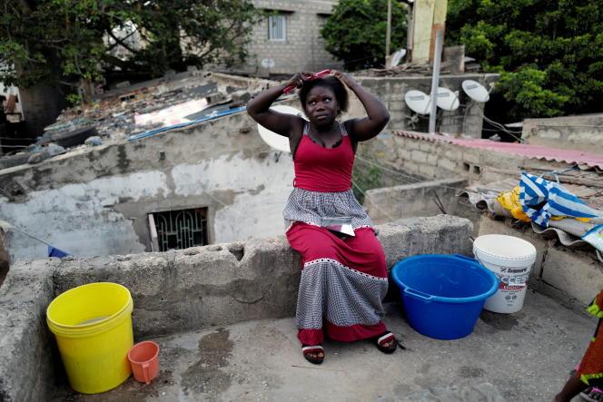 Un femme se coiffe sur la terrasse de sa maison à Dakar, au Sénégal, en octobre 2020.