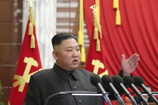 El presidente de Corea del Norte, Kim Jong-un, habló en una reunión del Politburó el martes 29 de junio de 2021.