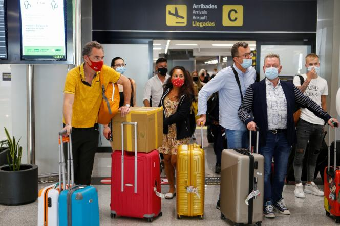Turistas en el aeropuerto de Palma de Mallorca en las Islas Baleares el 30 de junio de 2021.