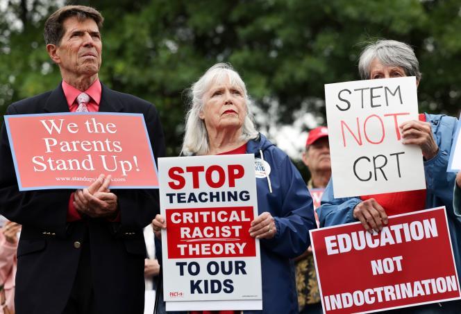 Des parents d'élèves protestant contre l'influence de la«théorie critique de la race», à Ashburn, en Virginie, le 22 juin 2021.