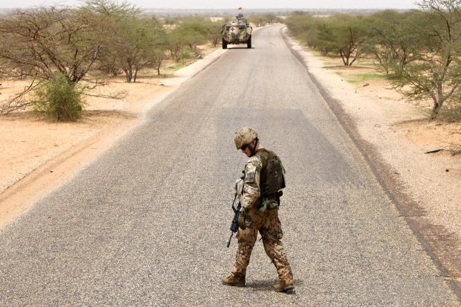 Un soldat allemand de la Minusma sur la route entre Gao et Gossi, au Mali, en août 2018.