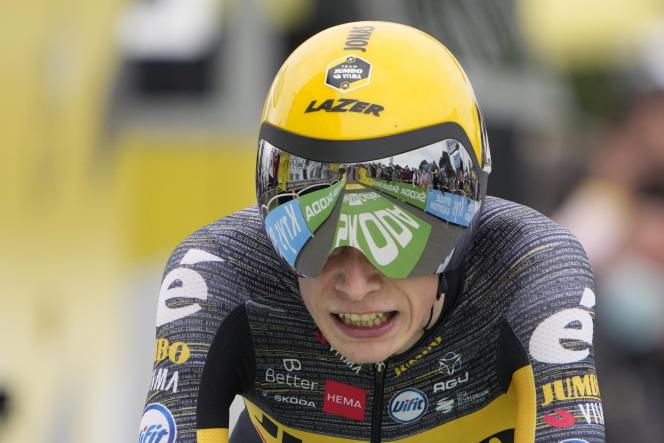 Le Danois Jonas Vingegaard passe la ligne d'arrivée du contre-la-montre de la cinquième étape du Tour de France, à Laval, mercredi 30 juin 2021.