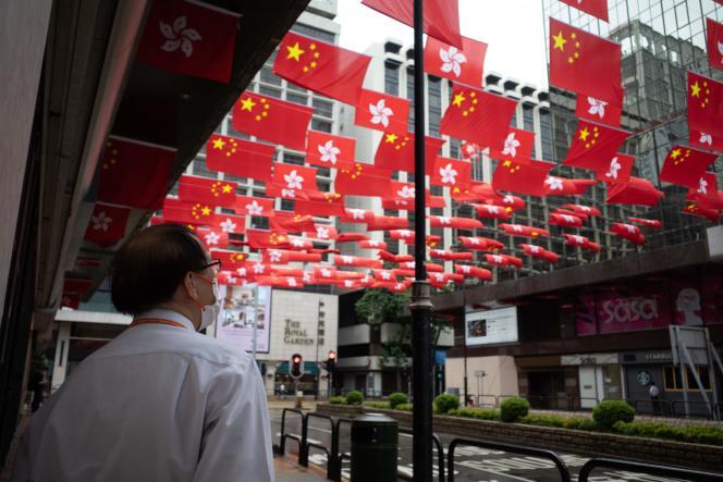 Hongkong, le 29 juin 2021. Les drapeaux chinois et hongkongais décorent la ville à l'occasion du24e anniversaire de sa rétrocession à la Chine.