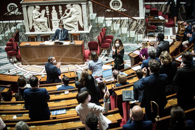 A l'annonce de l'adoption du projet de loi, le secrétaire d Etat chargé de l Enfance et des Familles, Adrien Taquet, la présidente Agir ensemble de la commission Agnes Firmin Le Bodo et la rapporteure LREM Coralie Dubost se lèvent pour applaudir. Paris, France le 29 juin 2021 -