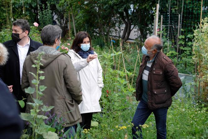 La maire de Paris, Anne Hidalgo, en visite dans les jardins d'Eole (Paris 19e), le 30juin, jour de l'évacuation des toxicomanes.