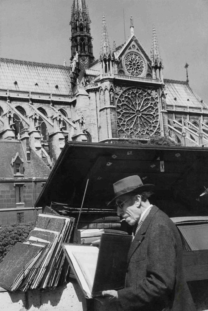 Henri Cartier-Bresson : « Bouquiniste sur les quais de Seine», 1952 – Collection Fondation Henri Cartier-Bresson.