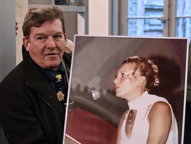 Novembre 2019 : Jacky Kulik tient le portrait de sa fille Elodie, 24 ans, violée et tuée en 2002.