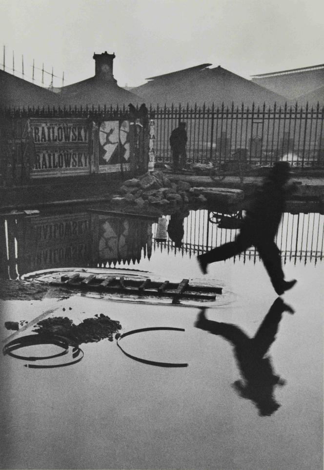 Henri Cartier-Bresson : « Place de l'Europe, derrière la gare Saint-Lazare», 1932 – Collection du Musée Carnavalet – Histoire de Paris.