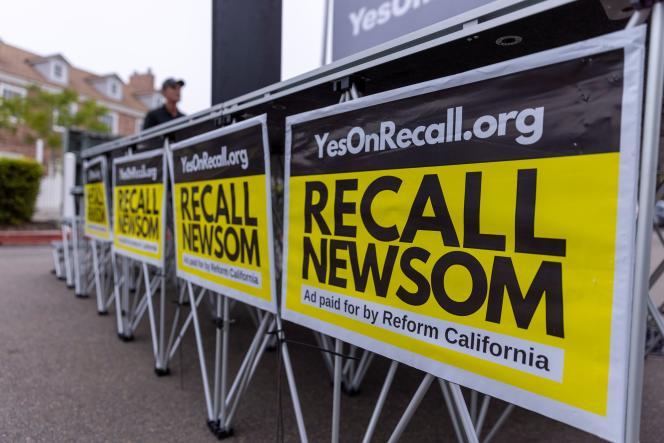 Poster membubarkan Gavin Newsom pada Rabu, 30 Juni 2021 di Carlsbad, California.