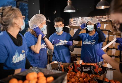 Distribution de nourriture pour les étudiants précaires à l'initiative de l'association étudiante Linkee à Paris le 19 Novembre 2020.