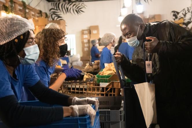 Une distribution de nourriture à l'initiative de l'association étudiante Linkee, à Paris, en novembre 2020.