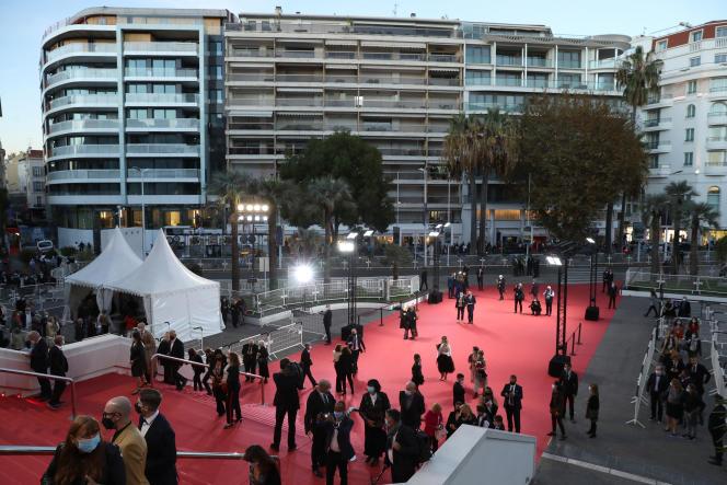 L'arrivée des invités au Palais des festivals, à Cannes, lors d'une édition largement réduite du festival, le 27octobre 2020.