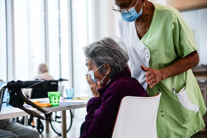 Une soignante s'occupant d'une résidente de l'Ehpad Alice-Prin à Paris, le 4 mars 2021.