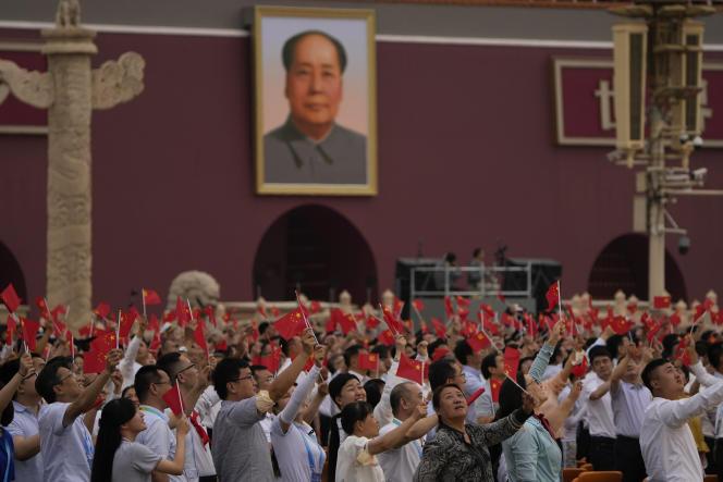 Devant le portrait de Mao Zedong, lors de la commémoration des 100ans du Parti communiste chinois, place Tiananmen, à Pékin, le 1er juillet 2021.