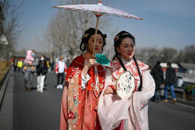 De jeunes femmes vêtues du «hanfu» à Pékin, le 19 février 2021.