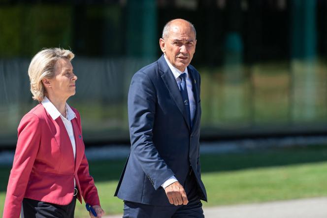 La présidente de la Commission européenne, Ursula von der Leyen (à gauche), et le premier ministre slovène, Janez Jansa, arrivent pour une photo de famille alors que la Slovénie prend la présidence tournante de l'Union européenne, à Brdo, près de Kranju (Slovénie), le 1erjuillet 2021.