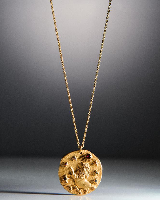 Médaille Astro Lion, en laiton doré, Maje, 65€.