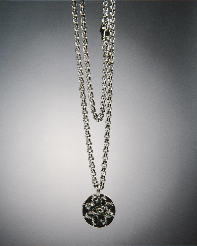 Médaille Comédie, L'Œil, en argent, 105€, et chaîne en argent, 970€, Arthus-Bertrand.