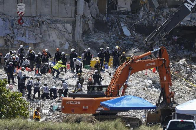 Les services de secours recherchent des survivants, dans les décombresde l'immeuble Champlain Towers South, à Surfside, en Floride, aux Etats-Unis, le 2juillet2021.