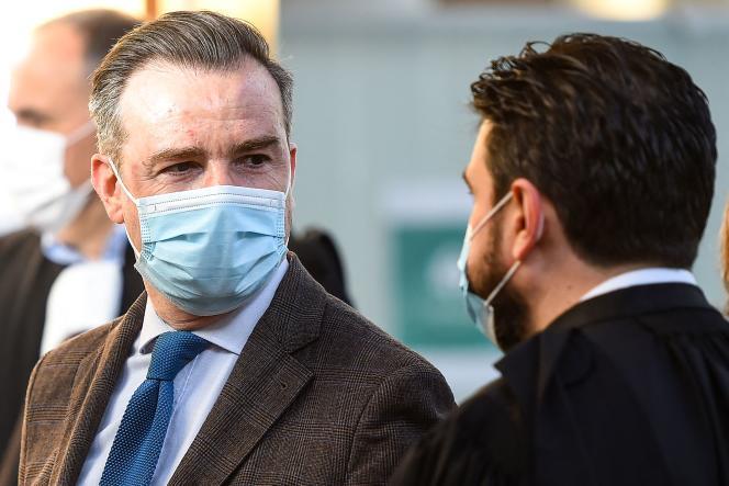Jean-Luc Coronel de Boissezon (à gauche), ancien professeur d'histoire, avec un avocat à son arrivée au tribunal correctionnel de Montpellier avant l'ouverture de son procès, le 20 mai 2021.