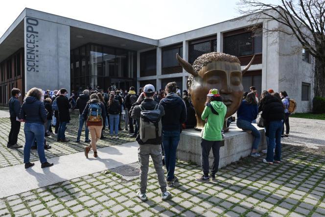Demonstrasi mahasiswa menentang Islamofobia, di depan gedung Sciences Po Grenoble, di Saint-Martin-d'Hères (Isère), 9 Maret 2021.