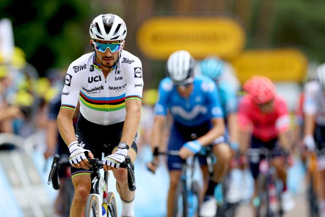 Le Français Julian Alaphilippe de l'équipe Deceuninck-Quick Step franchit la ligne d'arrivée à l'issue de la 7e étape de la 108e édition du Tour de France, le 2 juillet.