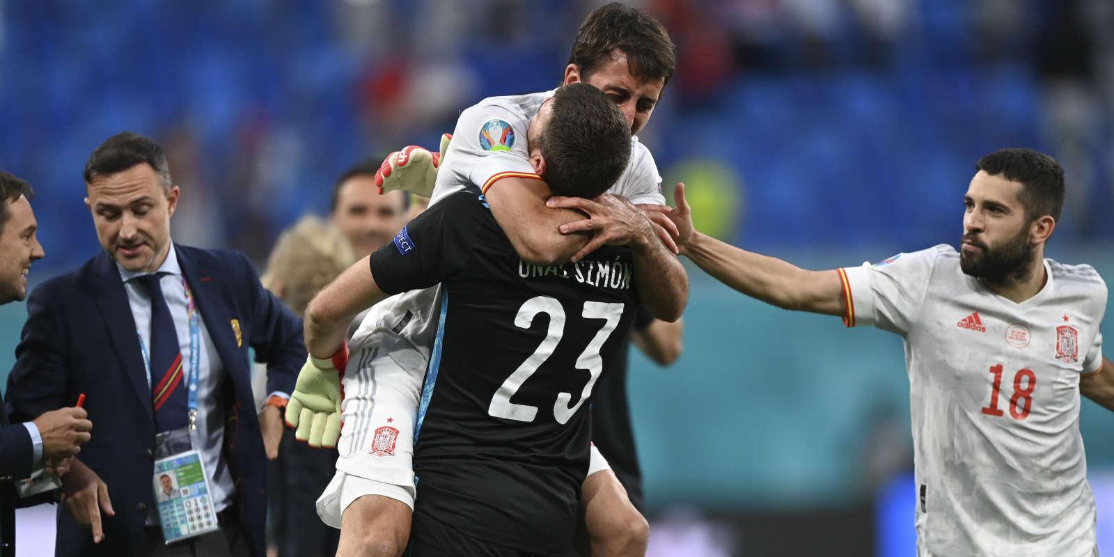 Unai Simon célèbre la qualification en demi-finale de l'Euro avec Oyarzabal et Alba.