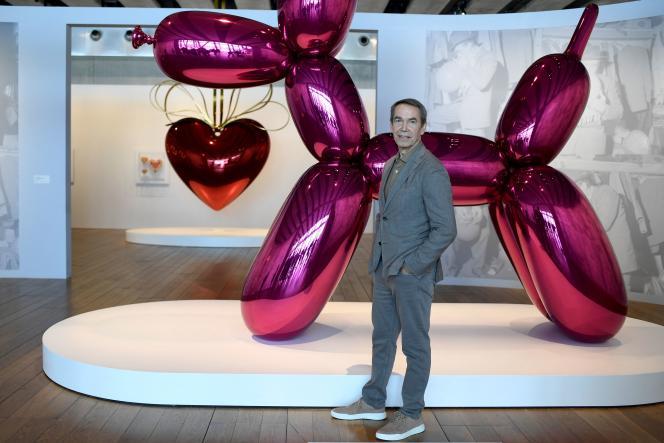 L'artiste américain Jeff Koons devant son œuvre « Balloon dog», exposée au MuCEM à Marseille, le 28 juin 2021.