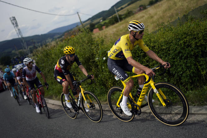 Le maillot jaune Mathieu Van der Poel lors de la septième étape du Tour de France entre Vierzon et Le Creusot, vendredi 2 juillet 2021.