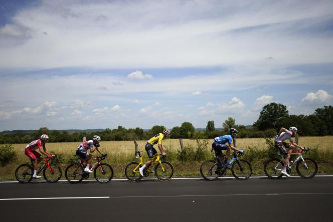 Le Néerlandais Mathieu Van der Poel, maillot jaune de leader du classement général sur le dos, lors de la septième étape du Tour de France entre Vierzon et Le Creusot, le 2juillet 2021.
