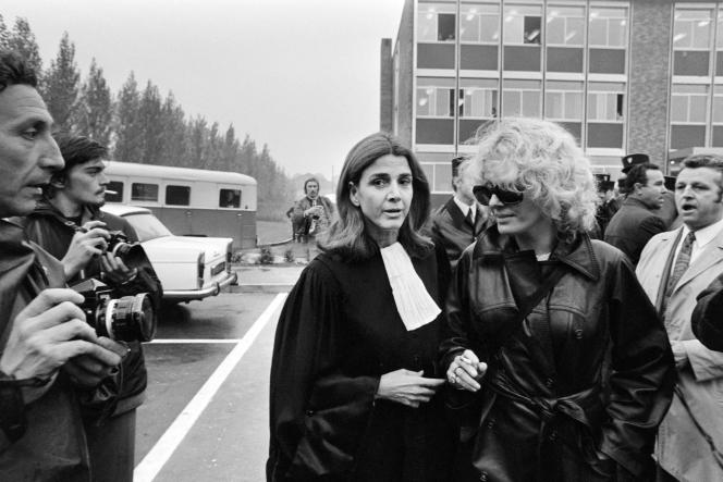 L'avocate Gisèle Halimi (au centre, à gauche) et l'actrice Delphine Seyrig (au centre, à droite), le 11 octobre 1972 à Bobigny, lors du procès de Marie-Claire Chevalier, poursuivie pour avoir avorté.