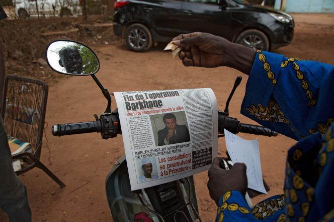 Un homme lit le journal à Bamako, le 11juin 2021.