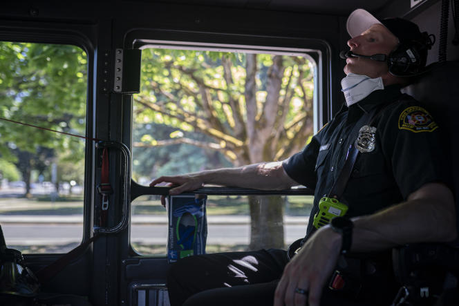 Un ambulancier de Salem (Oregon) tente de rester au frais après avoir répondu à un appel d'urgence pendant une vague de chaleur, le 26 juin 2021.