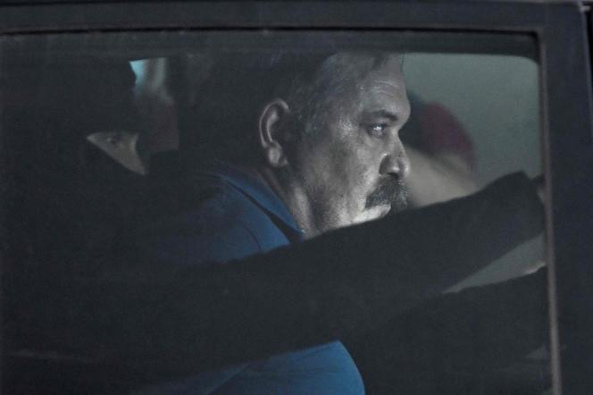 Christos Pappas, numéro deux du parti néonazi Aube dorée, est escorté dans une voiture de police après son audition devant le procureur, à Athènes, le 2 juillet 2021.