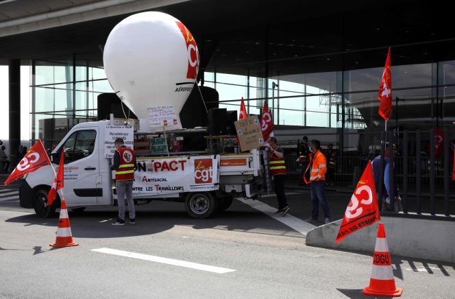 Plusieurs salariés de Groupe ADP (ex-Aéroports de Paris) participent au mouvement de grève à l'aéroport Roissy - Charles-de-Gaulle, le 2juillet2021.
