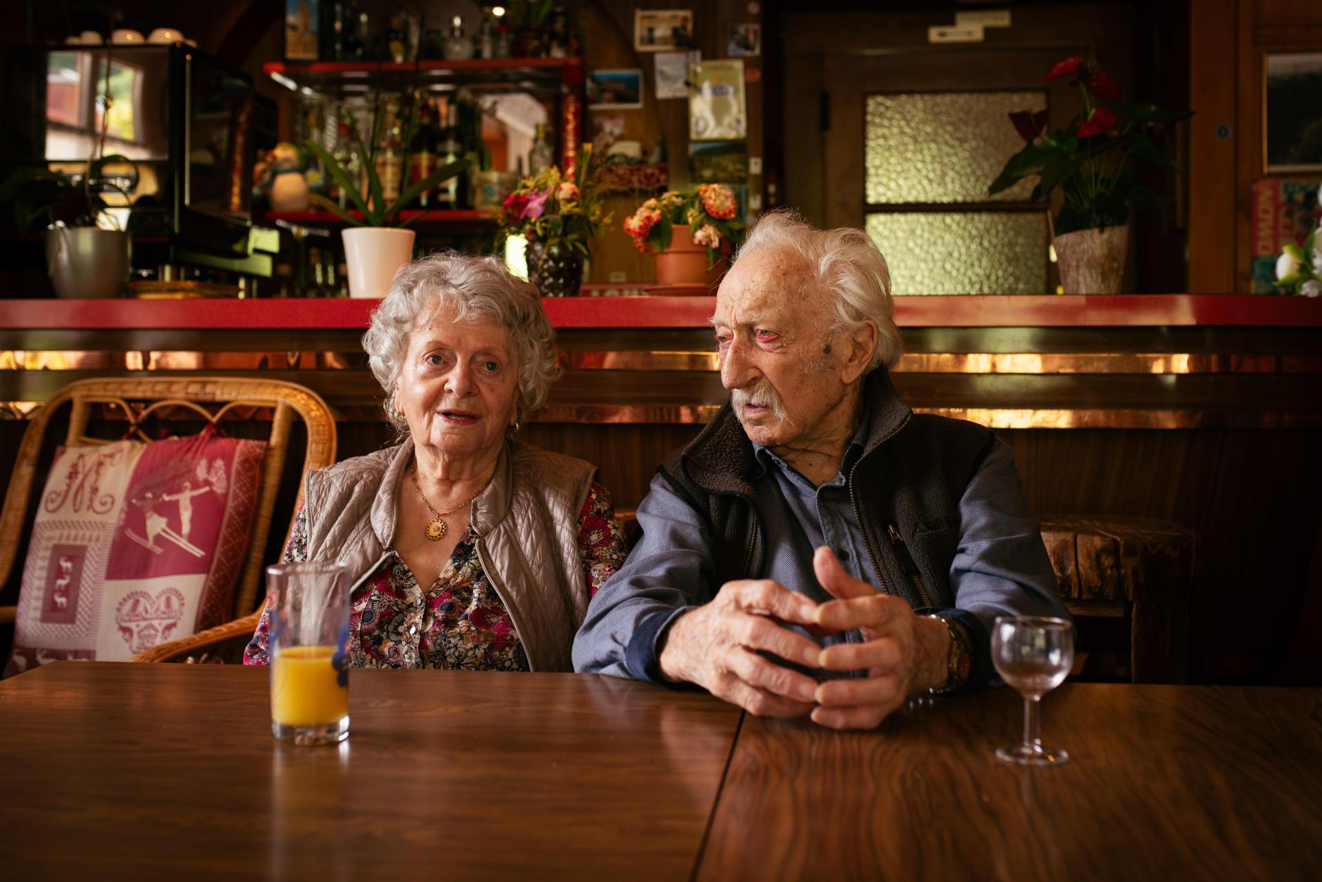 Liliane, patronne du bar La Chapelle, et son mari Marcel, centenaire, à Lélex (Ain), le 29 juin 2021.